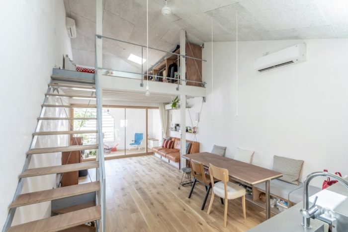 キッチン部分から見る。上のスペースは寝室として使っている。奥さんはダイニングとキッチンにこだわった。ダイニングのベンチはクッションも含めオリジナルでつくられたもの。