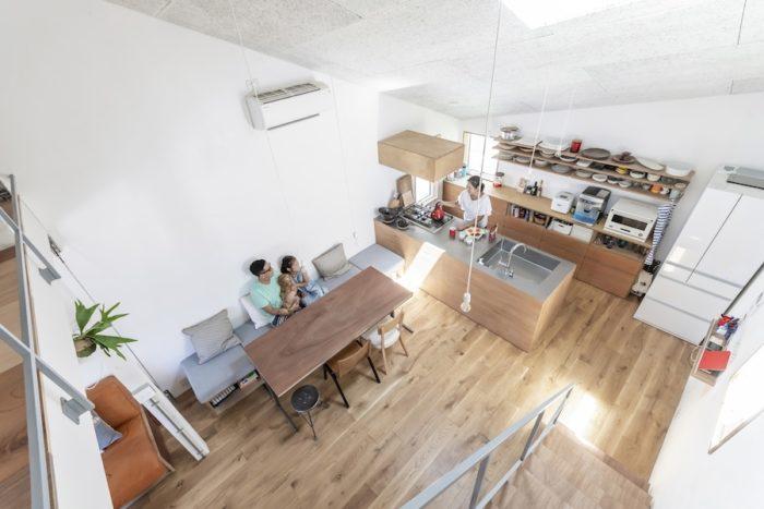 2階から見る。キッチンも奥さんの希望で家族と話をしながら作業のできるこの形に。床と壁は自主施工。床は浮造り用のマシンを使って削った。