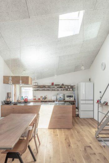 天井は木毛セメント板。吸音の機能もあるという。トップライトは採光とともに通風を考慮して設けた。