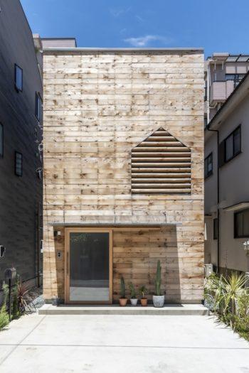 外壁は無垢の厚板をラフソーン仕上げにしたものを使用。ざらざらの表面は無塗装で3年程度でグレーに変化する。