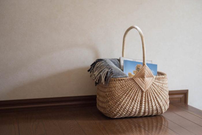 ゴッズアイ(神の眼)とよばれる持ち手とかごをつなぐ菱形の美しい飾り編みが特徴。 Photo by Karin Hirokawa