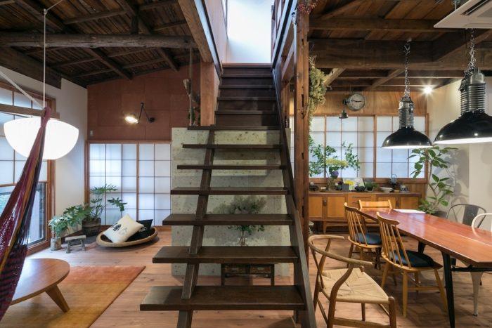 2階に上る階段は古いものをそのまま残した。階段がリビングとダイニングをゆるやかに分けている。