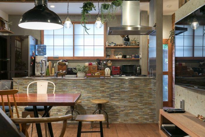 アイランドキッチンの美しいタイルの色は、大越夫妻がこだわって選んだ色なのだそう。