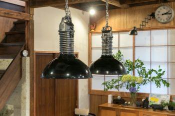ダイニングテーブルの上には武骨なインダストリアルデザインのライトが2灯、70年代のフランスPhilips社製。