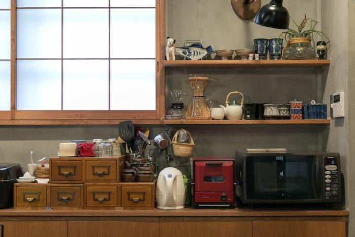 センスよく食器が飾られた棚。古い図書カードを入れる引き出しに台所の細々としたものを収納している。