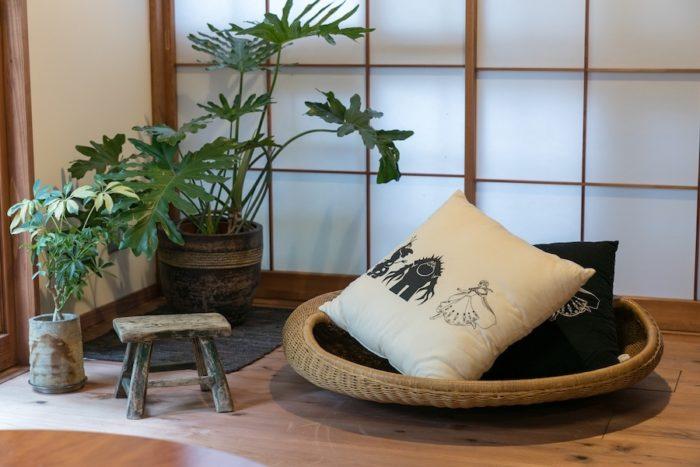 イデーのラタンの座椅子の上の、ディズニーとコム・デ・ギャルソンのコラボクッションは、友人からのプレゼントだそう。
