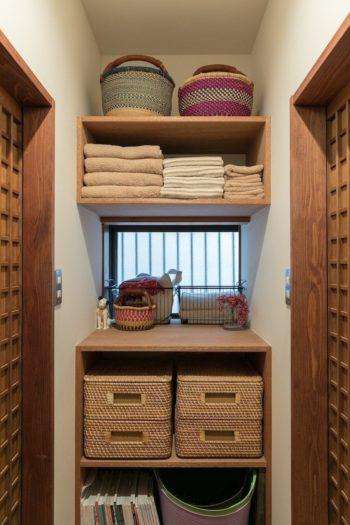 家族で使うタオルは色目を統一。無印良品のカゴバスケットに、肌着や下着を収納。