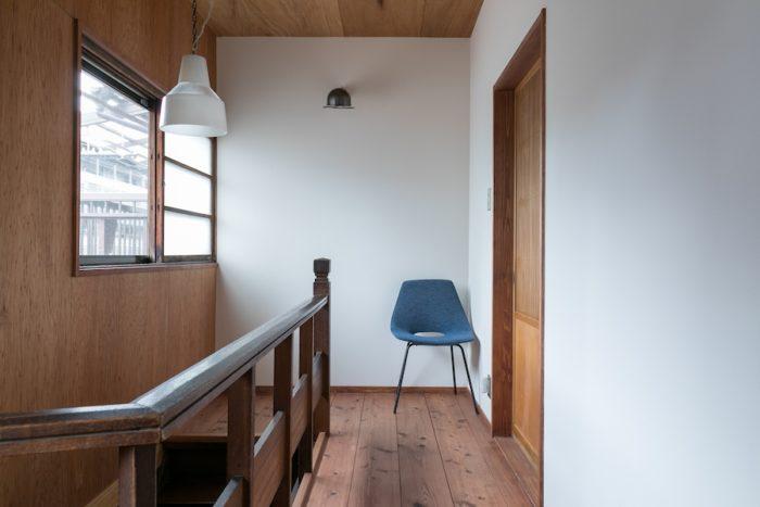 2階の手摺は古いものをそのまま使っている。右側のドアが子ども部屋。左側の窓の外には月見台を設けた。