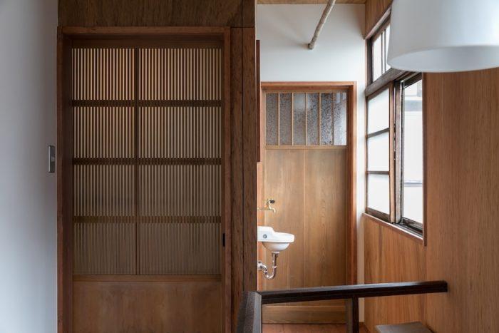 突き当りが2階のトイレ。小さな手洗い場が昭和の風情。左側の建具の向こうが寝室。
