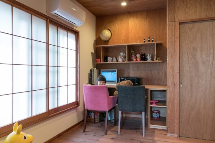 5歳の月乃ちゃんの勉強机は作り付けに。PCで熱心にユーチューブを視聴中。
