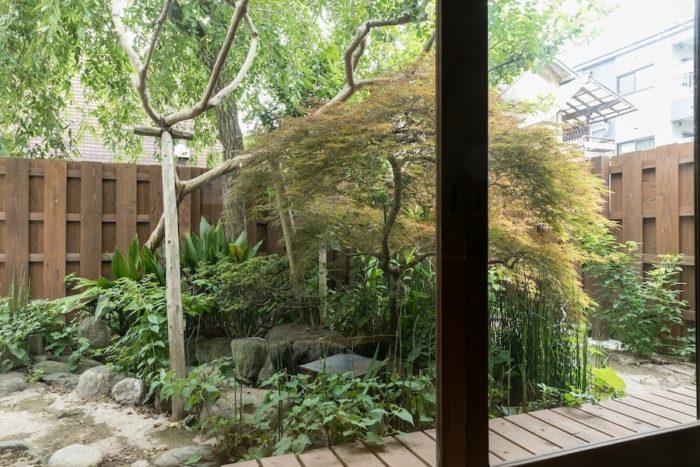 大きな鯉が泳ぐ池は威徳さんのお父様の手作り。風が程よく抜ける木の塀はリノベーションの際に新設した。