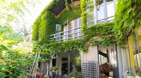 パリ郊外のガラス職人の家光と緑が充満するパリ郊外の一軒家