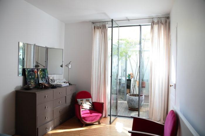 ベッドルーム。ミニパティオに面している。