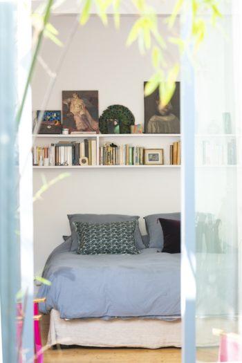 ミニパティオから、ベッドルームの眺め。このパティオも以前はガラス張りではなく、壁に囲まれ閉ざされていた。