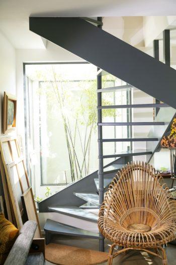 リビングから、ミニパティオ。階段は、光を遮らないデザインを採用。