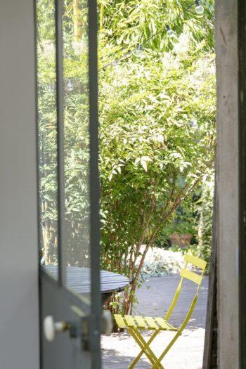 強いて言えば、ここが玄関。玄関のドア越しの、庭のテーブルスペース。