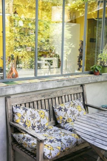 庭の家具も天然素材が使いやすい。