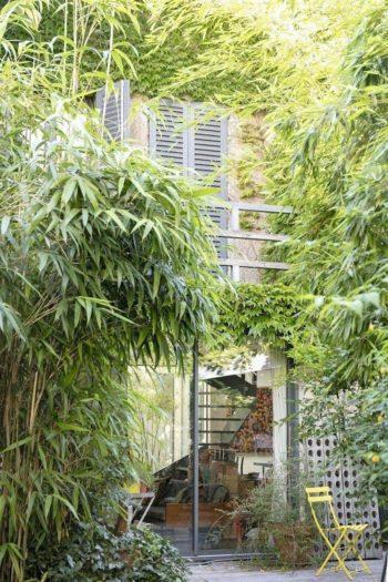 緑の先に顔を出す、ウッドデッキのある家。竹やぶも以前はさらに鬱蒼としていたが、リュックさんが整理し、現在の状態に。
