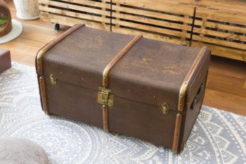 """家づくりのきっかけになったアンティークの""""箱""""。150年前のイギリス製。「アンティークならではの使い込まれた雰囲気に魅かれます」(ご主人)"""