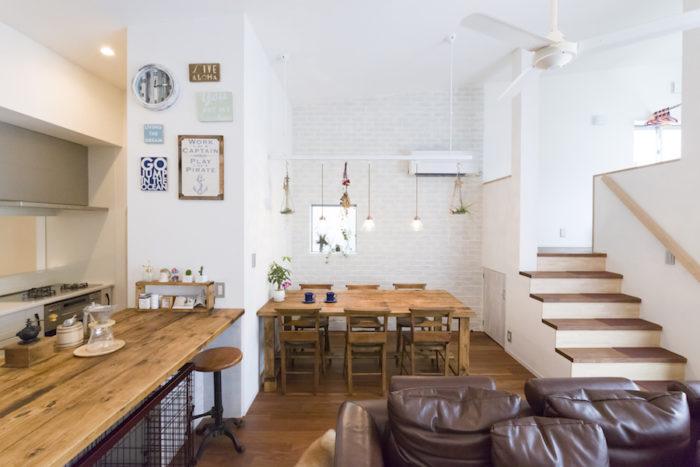 真っ白い壁や天井にパイン材の造作家具が映え、あたたかい印象。「カフェっぽくしたかったので、レール式の照明を希望しました」(奥さま)