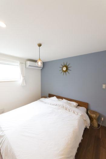 2階の寝室。「寝室の壁はこの落ち着くブルーにしたかった」と、奥さま自らブルーの塗料を提供。一面だけ塗られている。