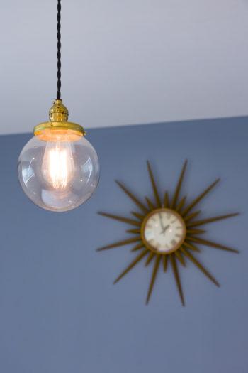 ヴィンテージ感を盛り上げるエジソンランプもご夫妻の持ち込み。