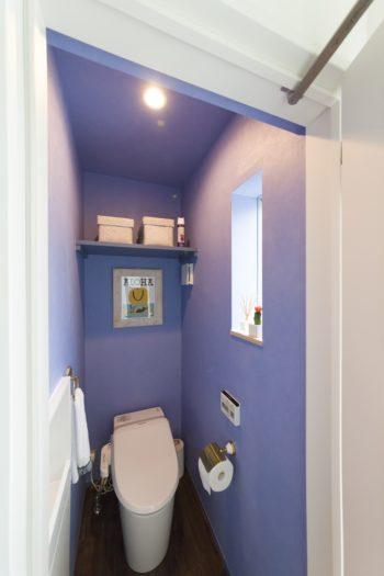 さわやかな印象の2階のトイレ。「海っぽくしたくて」とブルーのクロスを提供。トイレホルダーも奥さまが用意した。