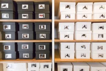白と黒のボックスに分けて整然と並べられた靴。中身がわかるように写真を付けて。