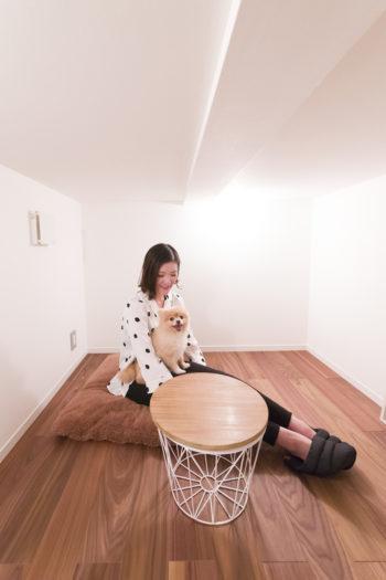 サンルームの下に設けたスペースは秘密基地のよう。「趣味は読書」という奥さまの書斎として使う予定。
