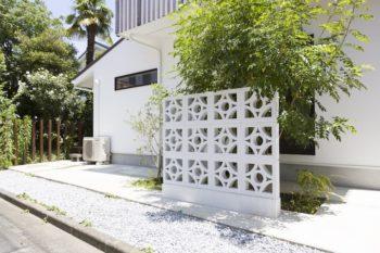 家の裏側には、千絵さんの地元・沖縄の花形ブロックを取り寄せ、設置した。