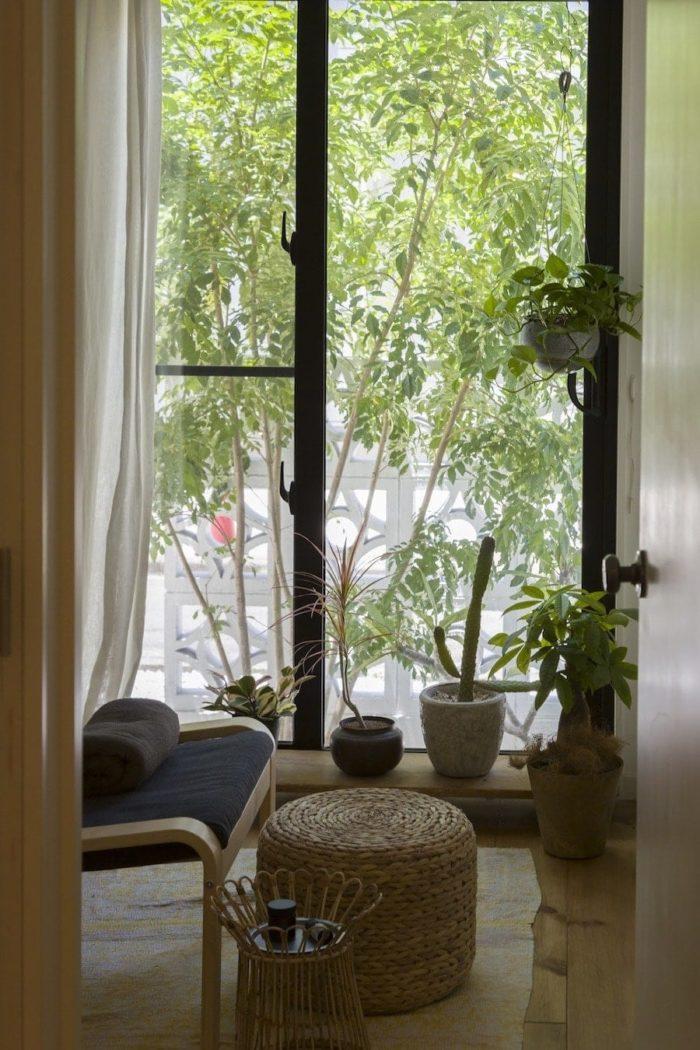 玄関から、家の裏側に設置した沖縄(花形)ブロックが見える。千絵さんのお気に入りの風景。