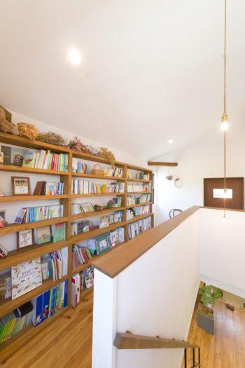階段を昇り、2階の各部屋に行く途中に大きな本棚を設けた。「通りすがりに本を手にするような、生活に溶け込む感じにしたかった」と千絵さん。