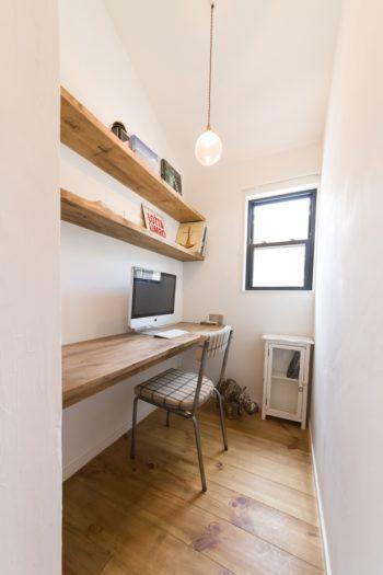 1階の広くゆったりした空間に対し、2階は籠るようなコンパクトなスペース。創さんの書斎は、「打合せのたびに小さくなりました(笑)」(創さん)
