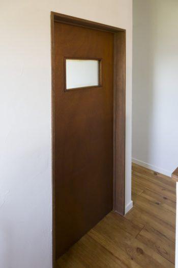 2階の子ども部屋は既存住宅のヴィンテージドアを使用。