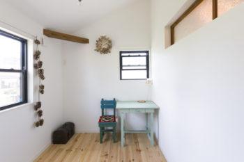 子ども部屋。学習机は千絵さんが使用していたもの。右上の小窓も既存住宅で使用していたもの。