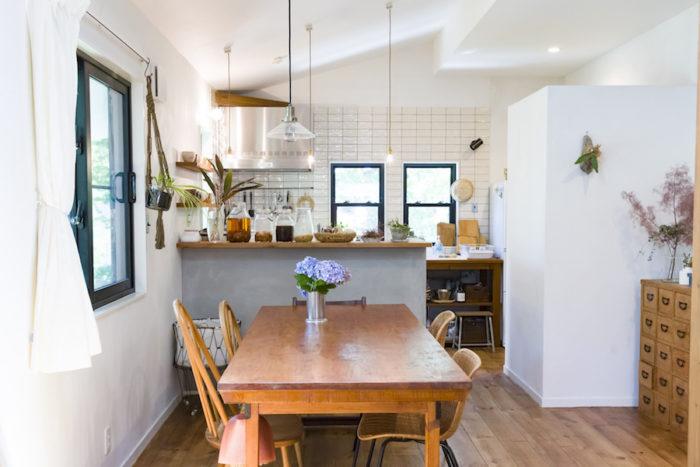 まるでカフェのようなお洒落な空間。ダイニングテーブルはフランスのアンティーク。右側の籐の椅子はイデーのもので「座り心地は抜群です」。左側はアーコールのもの。ネットのアンティークショップで購入。