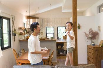 家の中央にある柱は律くん(5歳)の恰好の遊び道具に。絵を貼りつけることも多いとか。