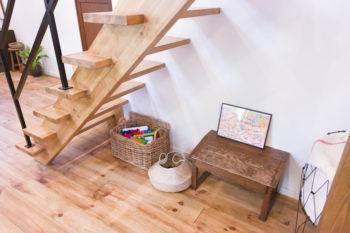 スケルトン階段の後ろは、律くんのオモチャコーナー。オシャレでラクに片づけられる入れ物をチョイス。