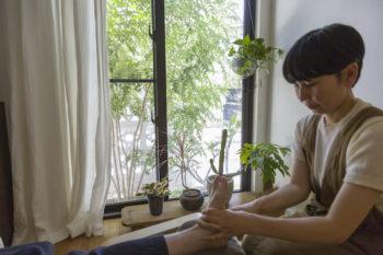 千絵さんは自宅で、足もみサロン「チム・リフレクソロジー」を開いている。沖縄ブロックが眺められる心地よい空間で、台湾式のイタ気持ちいい施術を受けられる。9月から本格的にスタート。