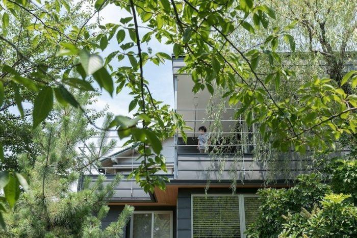 緑道から見た外観。2階のデッキにいると、まるで木に登っているかのような感覚に。