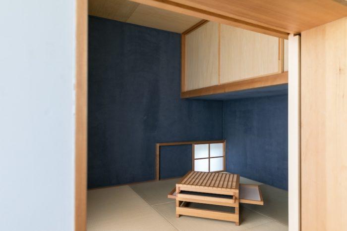 小さな和室はご主人の希望。ここに篭ってお酒を飲んだりしたいという。青い塗料には骨材が入っており左官のような質感。