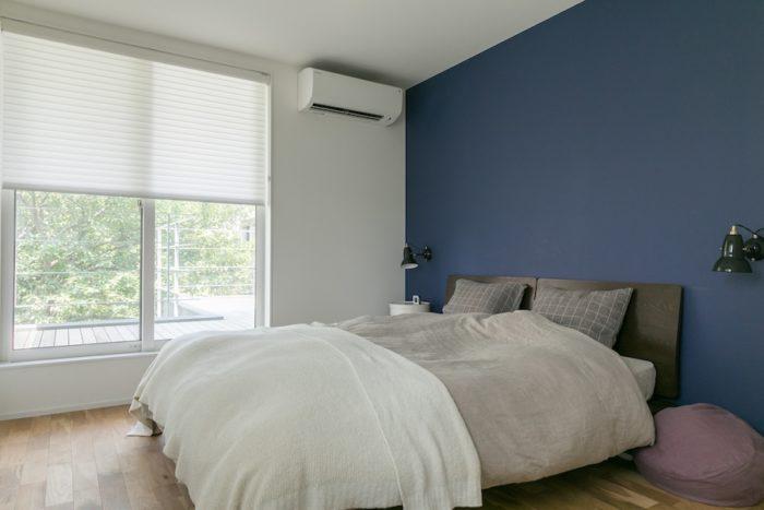 寝室にはオランダのブラインドメーカー「ハンターダグラス」のシェードを。やわらかく立体的に光を部屋に通す。