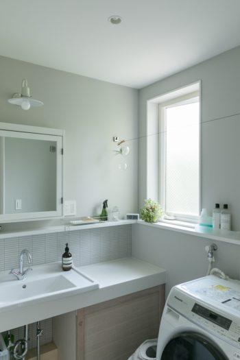 洗面周りは清潔感のある白で統一。