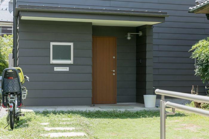 外壁はガルバリウム鋼板でシックな印象に。
