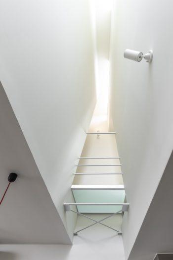 ハイサイド窓から光が降り注ぎ風が抜ける。上にスピーカーを置くと、「いい感じで響きが降ってくるように感じる」という。
