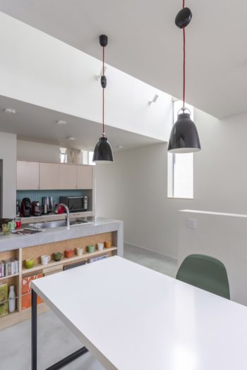 キッチンの側面にはコップのほかCDなどが置かれている。ペンダントライトの紐も藤崎さんの好きな赤色。