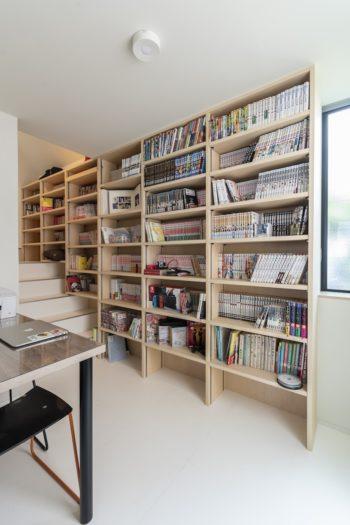 階段へと回り込む場所にある本棚は藤﨑さんのリクエスト。この場所に「好きな本が収まった本棚があるのが至福」という。