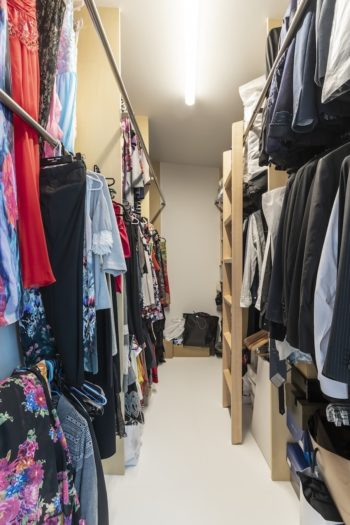 ウォークインクローゼットは演奏会用の大量のドレスが収納できるように天井を高くして2段式パイプと梯子を設置。