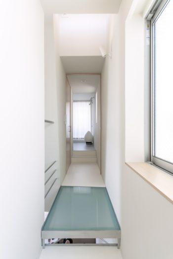 奥が寝室。寝室とウォークインクローゼットはドアを共有。寝室側を開けたときはドアが壁面にきれいに収まる。