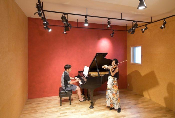 「練習する段階からホールと同じような感覚で弾きたい」というお2人の願いが実現した半地下の空間。